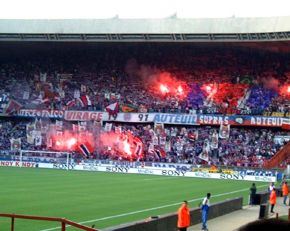 http://zimocool.free.fr/Images/kop_of_auteuil_tifo.jpg